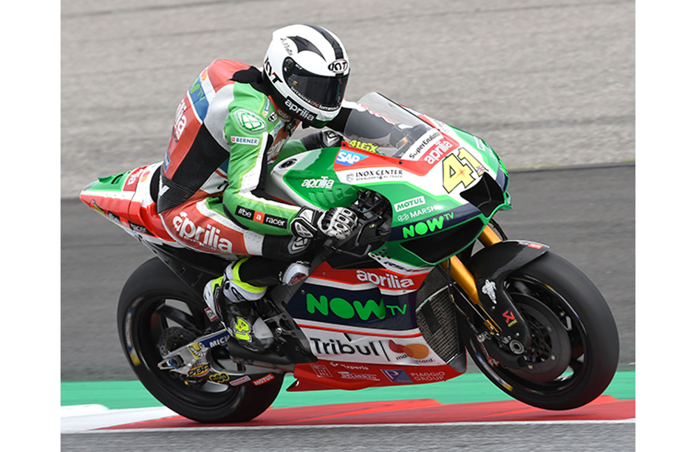 APRILIA RIDERS UNABLE TO FIND CONFIDENCE IN THE SOFT TYRE USED IN QUALIFYING_2