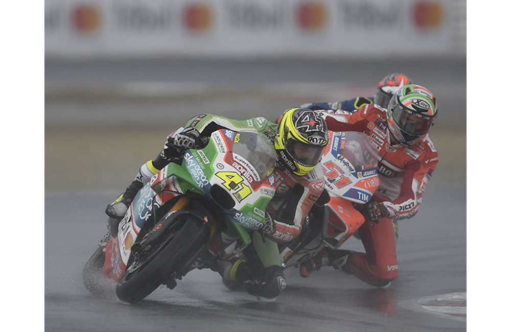 DOUBLE CRASH FOR ESPARGARÓ AND LOWES, BOTH WERE INTO THE TOP-TEN_0