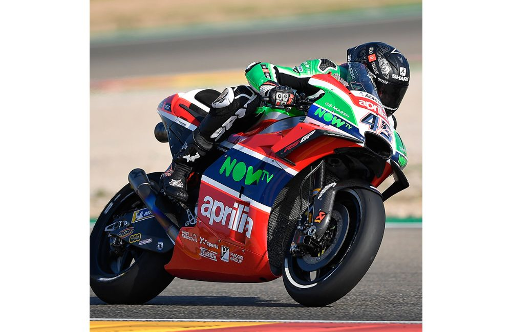HARD WORK IN THE APRILIA GARAGE ON THE FIRST DAY OF PRACTICE_0