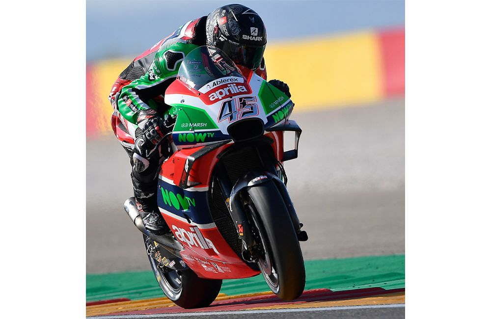 HARD WORK IN THE APRILIA GARAGE ON THE FIRST DAY OF PRACTICE_2
