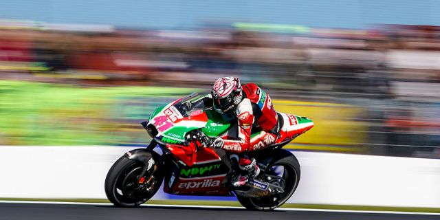 TWO APRILIAS IN THE POINTS AT PHILLIP ISLAND_thumb