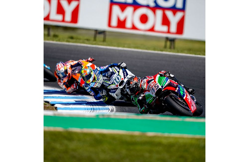 TWO APRILIAS IN THE POINTS AT PHILLIP ISLAND_1