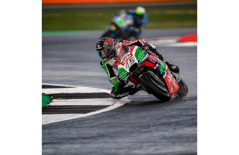 SCOTT REDDING ON THE FIFTH ROW AND ALEIX ESPARGARÓ ON THE SIXTH AT SILVERSTONE_1
