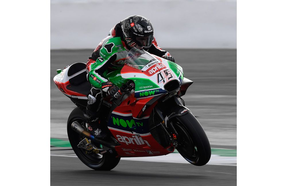 SCOTT REDDING ON THE FIFTH ROW AND ALEIX ESPARGARÓ ON THE SIXTH AT SILVERSTONE_2