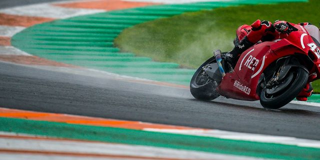 ALEIX ESPARGARÓ CRASHES IN THE POURING RAIN IN VALENCIA, OBLITERATING A WEEKEND SPENT AMONG THE PROTAGONISTS_thumb