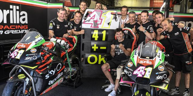 ALEIX ESPARGARÓ IN THE APRILIA GARAGE FOR THE BARCELONA TESTS_thumb