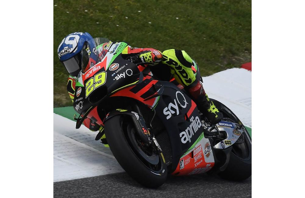 THE APRILIAS MAKE UP GROUND AND BOTH FINISH IN THE POINTS AT MUGELLO_1