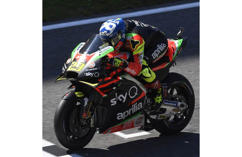 THE APRILIAS MAKE UP GROUND AND BOTH FINISH IN THE POINTS AT MUGELLO_3