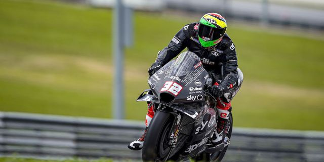 Lorenzo Savadori with Aprilia Racing_thumb